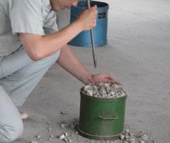 7.容器の高さ1/3ずつ試料を入れ、それぞれ突き棒で均等に所要の回数を突く。
