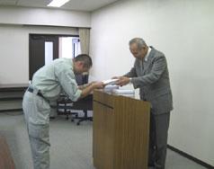 修了証、材料試験講習会20回記念品の授与。